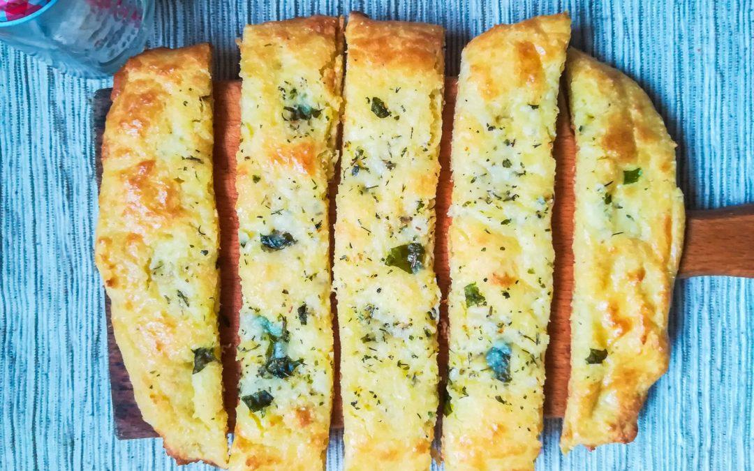 Neodoljivi keto hleb sa belim lukom i peršunom