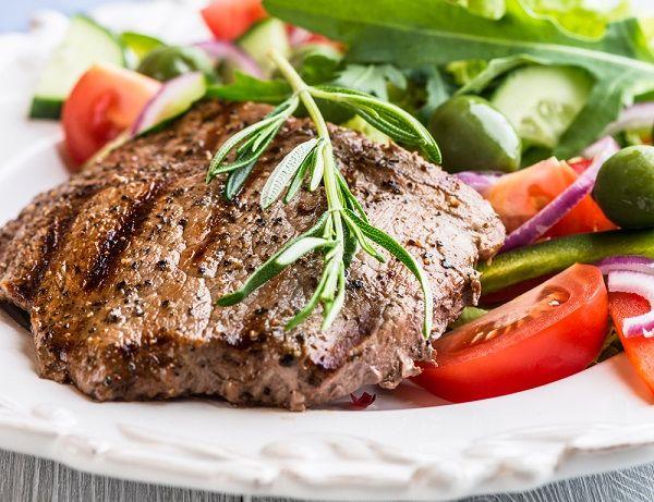 Biftek sa svežim povrćem